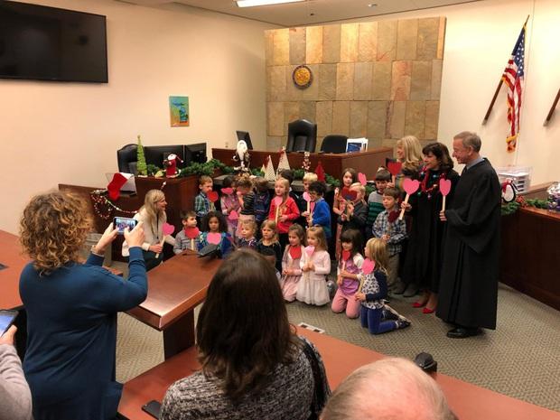 Quá vui sướng khi được nhận nuôi, cậu bé 5 tuổi mời cả lớp đến tham dự phiên tòa đặc biệt, kèm theo lời nhắn: Các bạn cũng như gia đình của con - Ảnh 3.