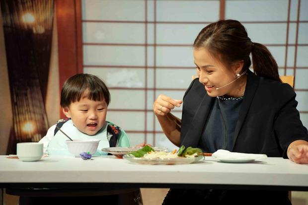 Bé Sa hiếu kỳ trước chú Trấn Thành, Quỳnh Trần JP bật khóc nhớ lại nỗi đau từng mất con - Ảnh 1.