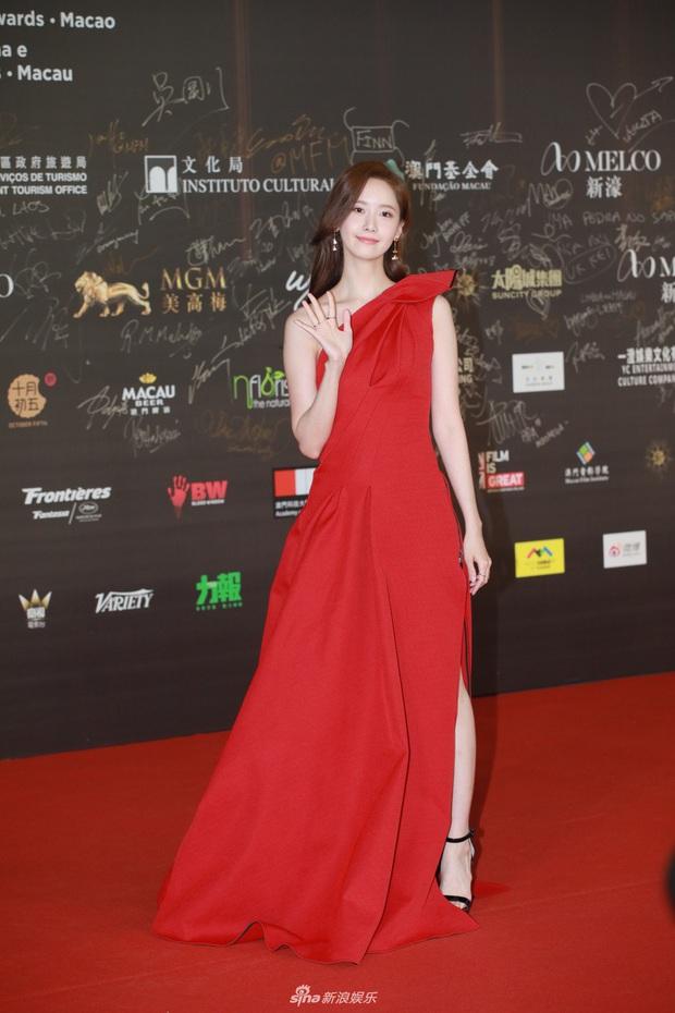 """2 thảm đỏ khủng """"gây nổ"""" Macau: Yoona đẹp băng thanh ngọc khiết, mẹ bỉm sữa Trương Hinh Dư sexy ngút ngàn - Ảnh 2."""