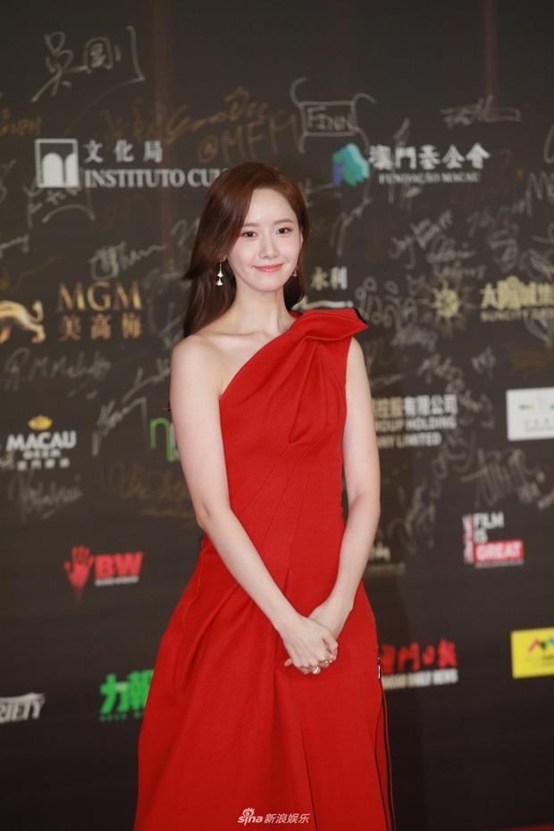 """2 thảm đỏ khủng """"gây nổ"""" Macau: Yoona đẹp băng thanh ngọc khiết, mẹ bỉm sữa Trương Hinh Dư sexy ngút ngàn - Ảnh 1."""
