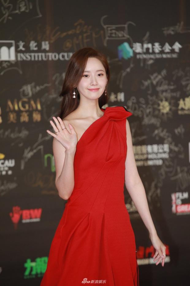"""2 thảm đỏ khủng """"gây nổ"""" Macau: Yoona đẹp băng thanh ngọc khiết, mẹ bỉm sữa Trương Hinh Dư sexy ngút ngàn - Ảnh 3."""