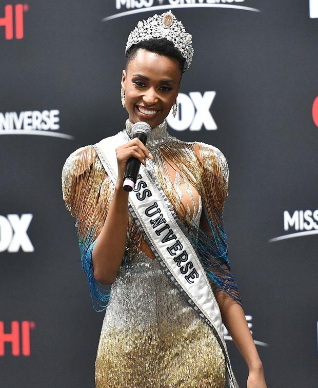Bật mí chi tiết váy đỉnh cao giúp Zozibini Tunzi che nhược điểm đôi vai để xuất sắc đăng quang Miss Universe 2019 - Ảnh 4.