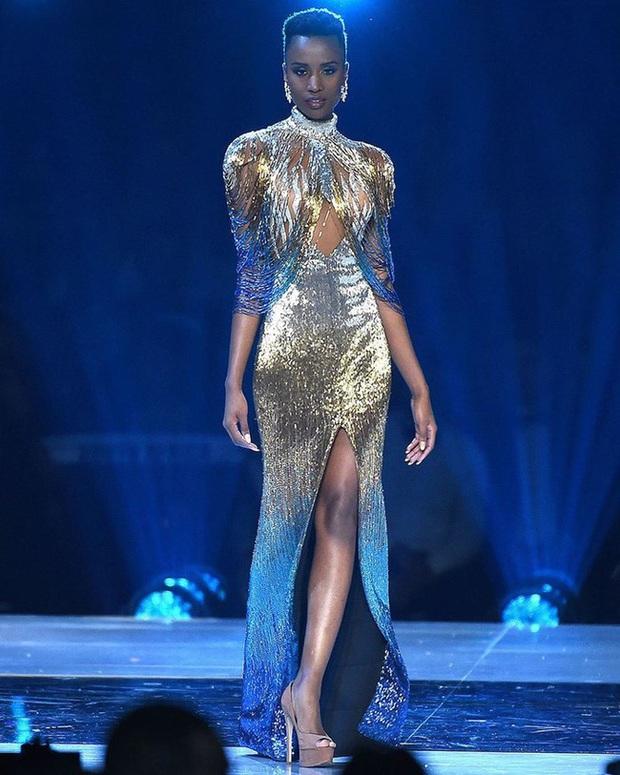 Bật mí chi tiết váy đỉnh cao giúp Zozibini Tunzi che nhược điểm đôi vai để xuất sắc đăng quang Miss Universe 2019 - Ảnh 6.