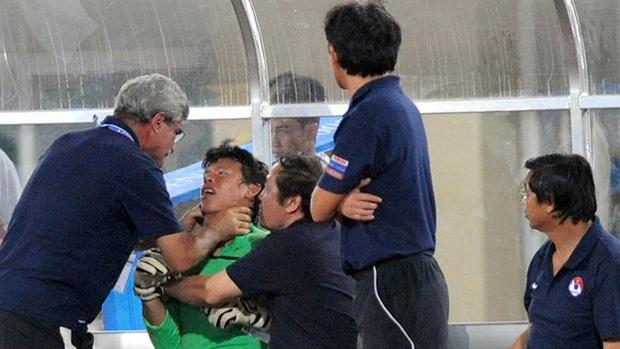Thủ môn Việt Nam lên tiếng về bức ảnh bị bóp cổ ở SEA Games: Thầy muốn tôi ở lại chứng kiến thất bại của đội nhà - Ảnh 2.