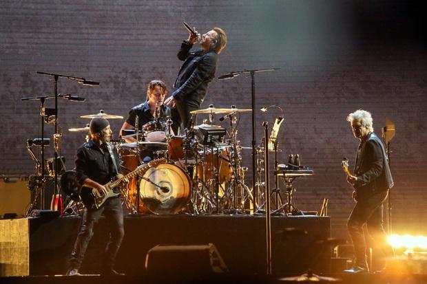 Knet tranh cãi chuyện nhóm nhạc huyền thoại U2 tưởng nhớ Sulli tại concert của mình ở Hàn Quốc, xếp nữ idol cạnh các chính trị gia, vận động viên nổi tiếng - Ảnh 1.