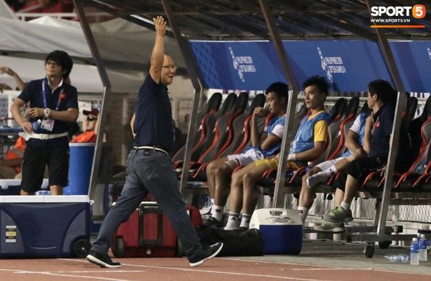 Cổ động viên Indonesia giơ ngón tay thối, hướng về phía ban huấn luyện của U22 Việt Nam khi thầy Park chỉ đạo - Ảnh 6.