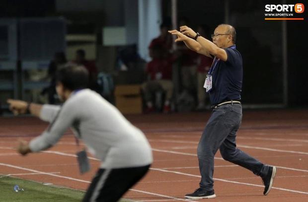 Cổ động viên Indonesia giơ ngón tay thối, hướng về phía ban huấn luyện của U22 Việt Nam khi thầy Park chỉ đạo - Ảnh 2.