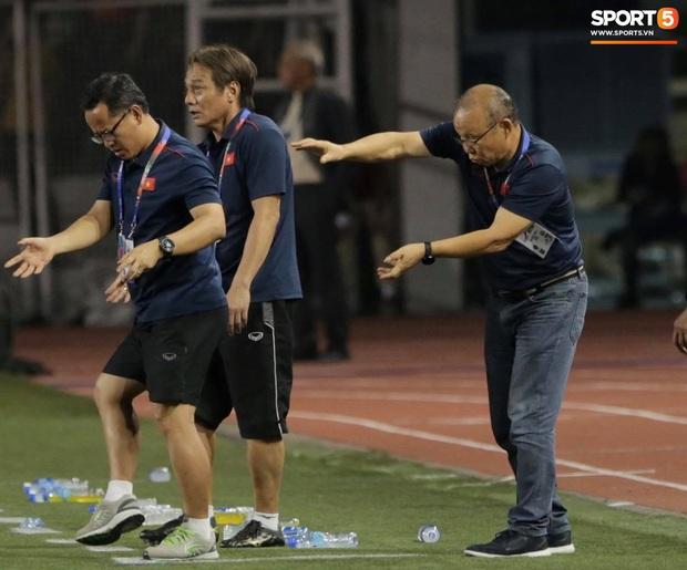 Cổ động viên Indonesia giơ ngón tay thối, hướng về phía ban huấn luyện của U22 Việt Nam khi thầy Park chỉ đạo - Ảnh 3.