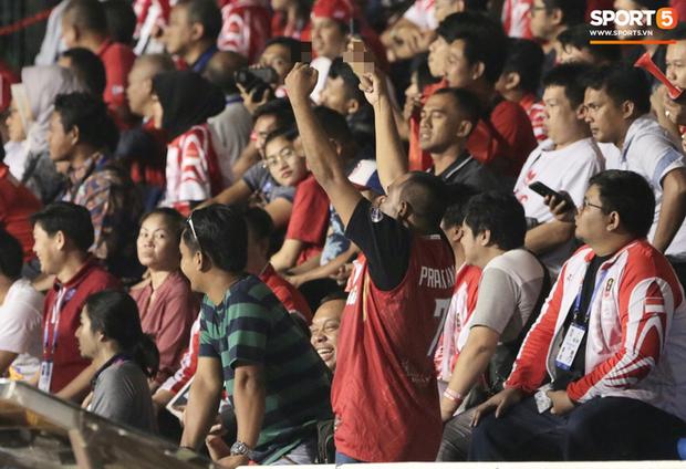 Cổ động viên Indonesia giơ ngón tay thối, hướng về phía ban huấn luyện của U22 Việt Nam khi thầy Park chỉ đạo - Ảnh 4.