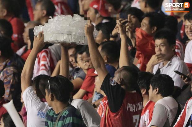 Cổ động viên Indonesia giơ ngón tay thối, hướng về phía ban huấn luyện của U22 Việt Nam khi thầy Park chỉ đạo - Ảnh 5.