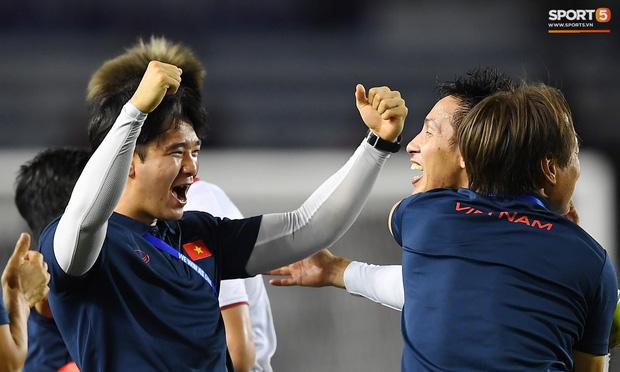 Cầu thủ U22 Việt Nam bật khóc, ôm chặt để tri ân những người thầm lặng, chẳng ai để ý tới - Ảnh 8.