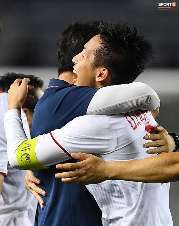 Cầu thủ U22 Việt Nam bật khóc, ôm chặt để tri ân những người thầm lặng, chẳng ai để ý tới - Ảnh 9.