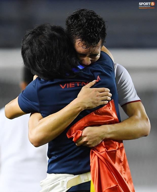Cầu thủ U22 Việt Nam bật khóc, ôm chặt để tri ân những người thầm lặng, chẳng ai để ý tới - Ảnh 2.