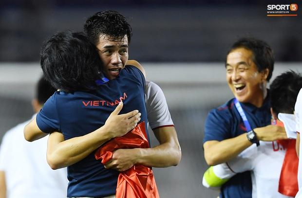 Cầu thủ U22 Việt Nam bật khóc, ôm chặt để tri ân những người thầm lặng, chẳng ai để ý tới - Ảnh 3.