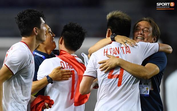 Cầu thủ U22 Việt Nam bật khóc, ôm chặt để tri ân những người thầm lặng, chẳng ai để ý tới - Ảnh 7.