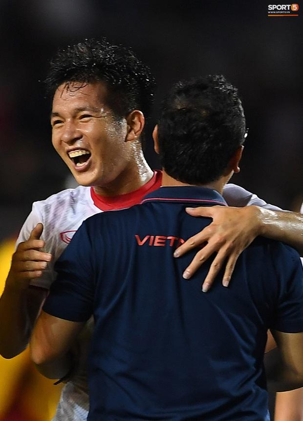 Cầu thủ U22 Việt Nam bật khóc, ôm chặt để tri ân những người thầm lặng, chẳng ai để ý tới - Ảnh 10.