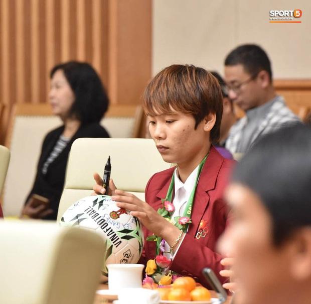 Quang Hải cùng trợ lý Lee Young-jin troll Đức Chinh lúc chụp ảnh tập thể - Ảnh 13.