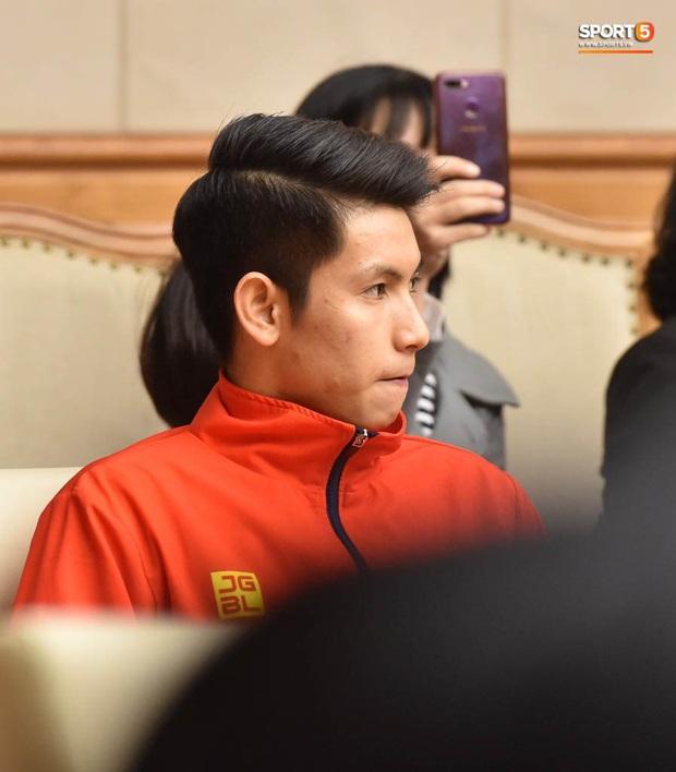 Quang Hải cùng trợ lý Lee Young-jin troll Đức Chinh lúc chụp ảnh tập thể - Ảnh 11.