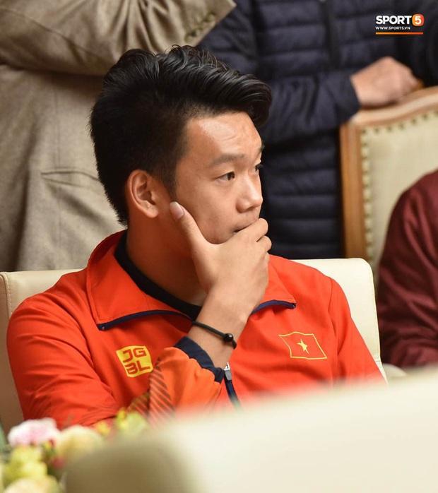 Quang Hải cùng trợ lý Lee Young-jin troll Đức Chinh lúc chụp ảnh tập thể - Ảnh 10.