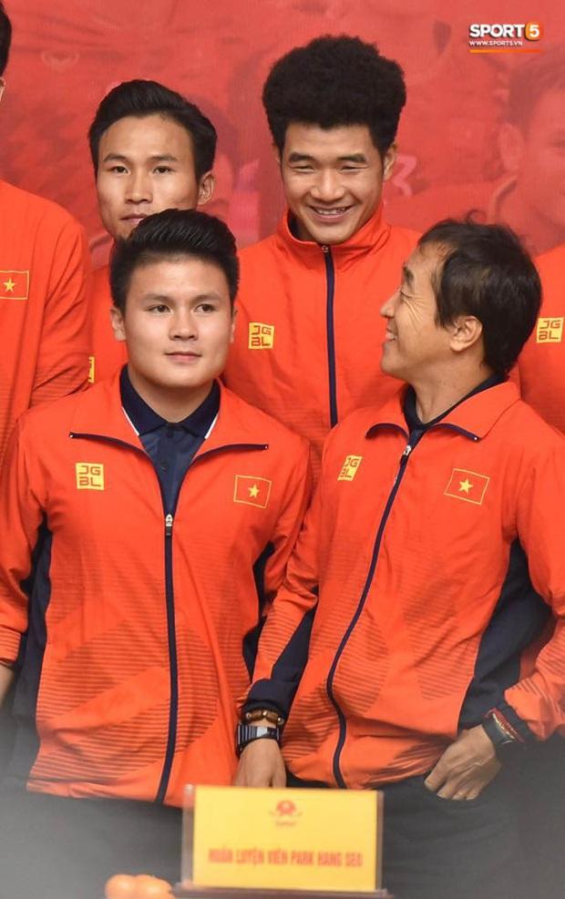 Quang Hải cùng trợ lý Lee Young-jin troll Đức Chinh lúc chụp ảnh tập thể - Ảnh 6.