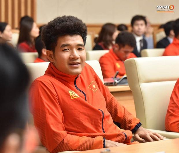 Quang Hải cùng trợ lý Lee Young-jin troll Đức Chinh lúc chụp ảnh tập thể - Ảnh 2.