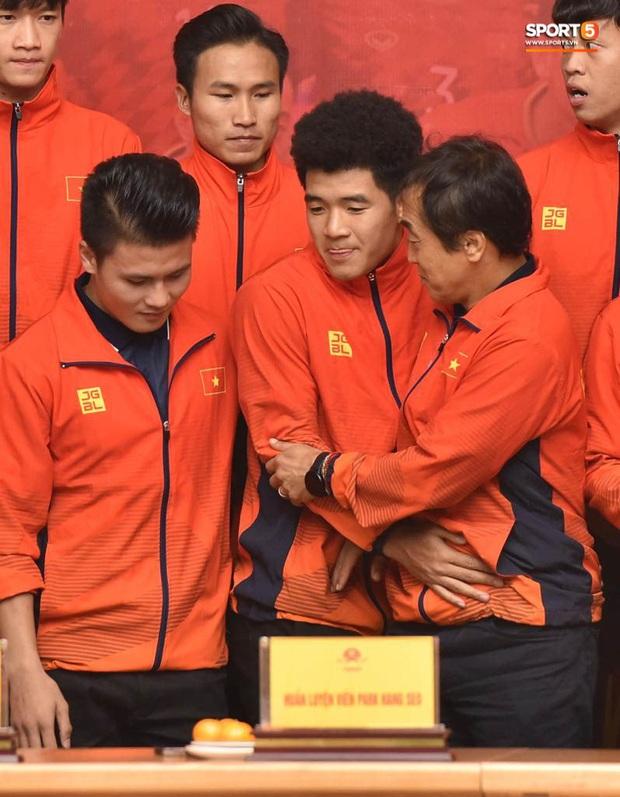 Quang Hải cùng trợ lý Lee Young-jin troll Đức Chinh lúc chụp ảnh tập thể - Ảnh 5.