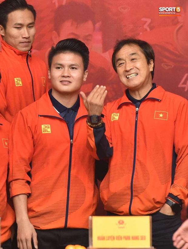 Quang Hải cùng trợ lý Lee Young-jin troll Đức Chinh lúc chụp ảnh tập thể - Ảnh 3.