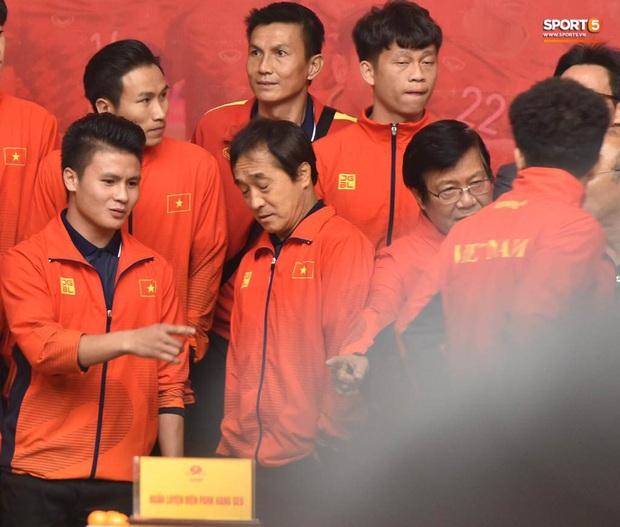 Quang Hải cùng trợ lý Lee Young-jin troll Đức Chinh lúc chụp ảnh tập thể - Ảnh 4.
