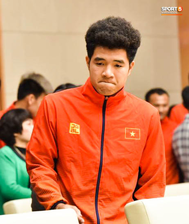 Quang Hải cùng trợ lý Lee Young-jin troll Đức Chinh lúc chụp ảnh tập thể - Ảnh 7.