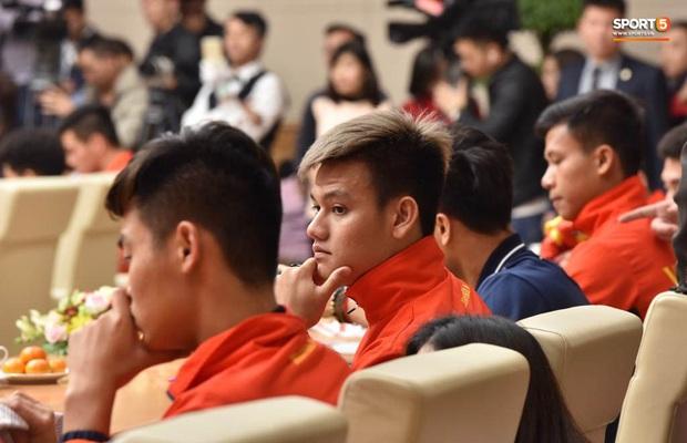 Quang Hải cùng trợ lý Lee Young-jin troll Đức Chinh lúc chụp ảnh tập thể - Ảnh 9.