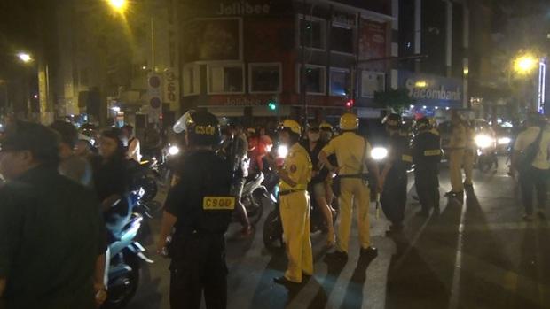 Gần 100 người đi bão ở trung tâm Sài Gòn bị CSGT xử lý sau khi Việt Nam vô địch SEA Games 30 - Ảnh 1.