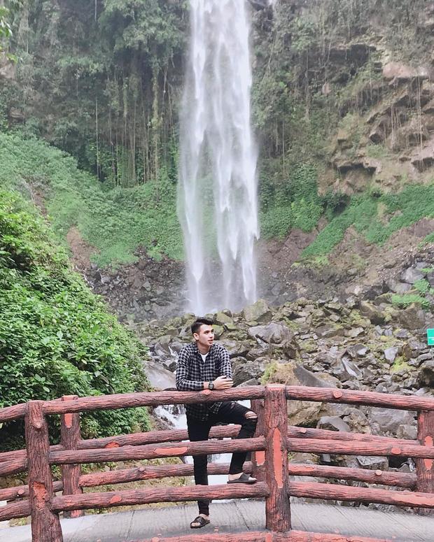 Trái với hình ảnh quần đùi, áo số, mặt căng trên sân cỏ, thủ môn U22 Indonesia lại là một tín đồ sống ảo thực thụ, tạo hình cực nhắng khi đi du lịch - Ảnh 4.