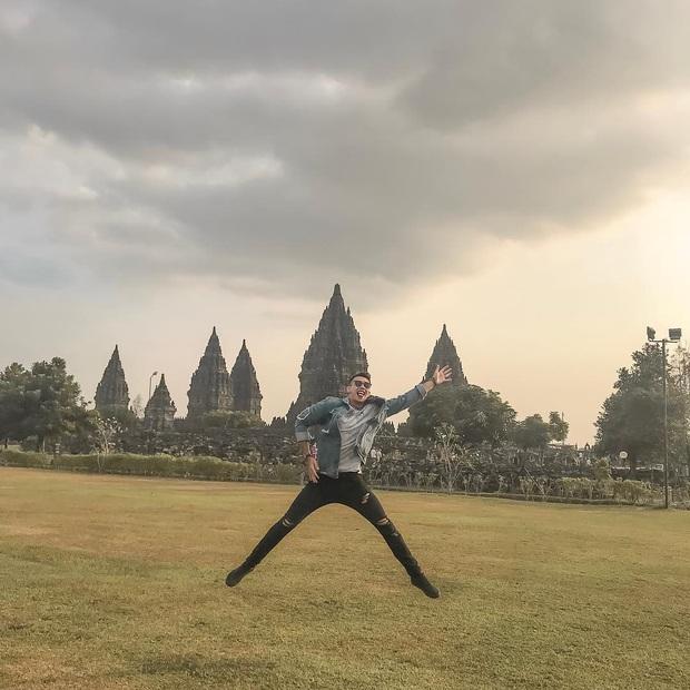 Trái với hình ảnh quần đùi, áo số, mặt căng trên sân cỏ, thủ môn U22 Indonesia lại là một tín đồ sống ảo thực thụ, tạo hình cực nhắng khi đi du lịch - Ảnh 7.
