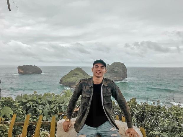 Trái với hình ảnh quần đùi, áo số, mặt căng trên sân cỏ, thủ môn U22 Indonesia lại là một tín đồ sống ảo thực thụ, tạo hình cực nhắng khi đi du lịch - Ảnh 2.