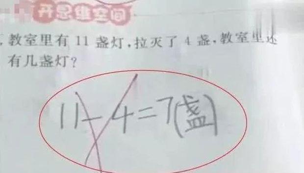 Các con trả lời 11-4=7 vẫn bị chấm là sai, tất cả phụ huynh tức tốc bắt bẻ, ai ngờ mắc luôn bẫy của thầy giáo - Ảnh 1.