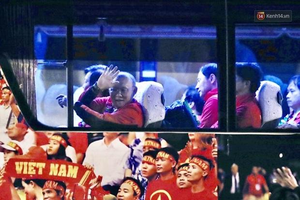 Khoảnh khắc đáng yêu: HLV Park Hang-seo cười tươi, vẫy tay chào người hâm mộ từ xe buýt rời SB Nội Bài - Ảnh 2.