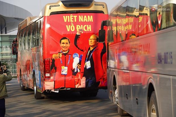 HLV Park Hang-seo và Mai Đức Chung nắm chặt tay nhau trên chuyến bay lịch sử mang 2 huy chương vàng về cho bóng đá Việt Nam - Ảnh 5.