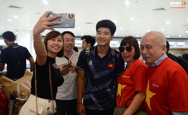 Đội U22 và tuyển nữ Việt Nam hoàn thành xong thủ tục, lên máy bay trở về nước - Ảnh 7.