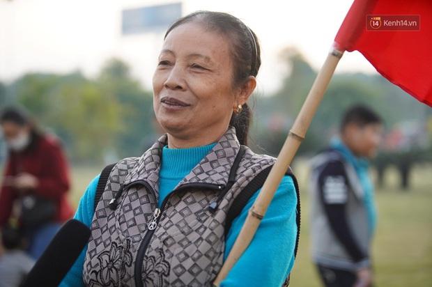 Mẹ của cầu thủ Xuyến Xeko - nữ chiến binh lớn tuổi nhất trong ĐT bóng đá nữ Quốc gia xúc động khi có mặt tại SB Nội Bài: Yêu nghề con cứ đi - Ảnh 4.