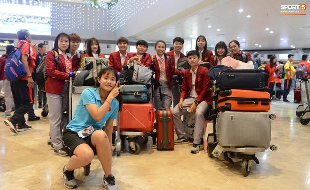 Đội U22 và tuyển nữ Việt Nam hoàn thành xong thủ tục, lên máy bay trở về nước - Ảnh 4.