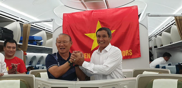 HLV Park Hang-seo và Mai Đức Chung nắm chặt tay nhau trên chuyến bay lịch sử mang 2 huy chương vàng về cho bóng đá Việt Nam - Ảnh 1.