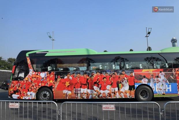 HLV Park Hang-seo và Mai Đức Chung nắm chặt tay nhau trên chuyến bay lịch sử mang 2 huy chương vàng về cho bóng đá Việt Nam - Ảnh 2.