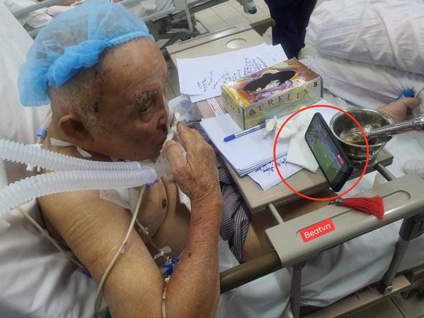 Hình ảnh cụ ông vừa phẫu thuật não đang phải thở máy vẫn cố xem trận chung kết SEA Games 30 của ĐT U22 Việt Nam gây xúc động - Ảnh 1.