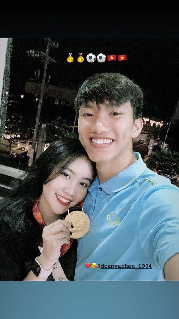 Đoàn Văn Hậu đeo huy chương vàng cho bạn gái hệt như couple Duy Mạnh - Quỳnh Anh: Đã vô địch lại còn có tình yêu đẹp, hoàn hảo quá rồi! - Ảnh 1.