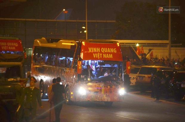Khoảnh khắc đáng yêu: HLV Park Hang-seo cười tươi, vẫy tay chào người hâm mộ từ xe buýt rời SB Nội Bài - Ảnh 1.