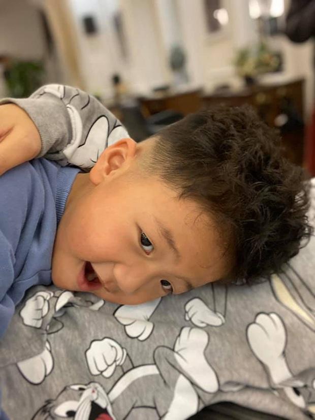 Tìm ra phiên bản nhí hoàn hảo của Hà Đức Chinh: Từ mắt đến kiểu đầu không lệch đâu được, hóa ra là con trai Thu Quỳnh - Ảnh 3.