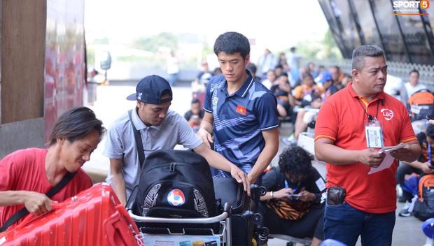 Đội U22 và tuyển nữ Việt Nam hoàn thành xong thủ tục, lên máy bay trở về nước - Ảnh 18.