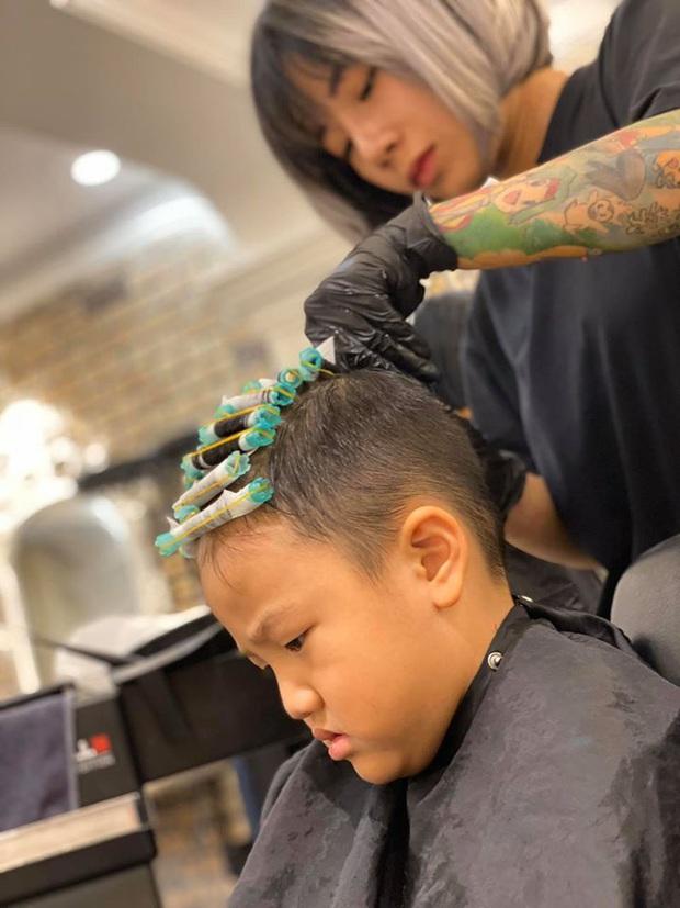 Tìm ra phiên bản nhí hoàn hảo của Hà Đức Chinh: Từ mắt đến kiểu đầu không lệch đâu được, hóa ra là con trai Thu Quỳnh - Ảnh 2.