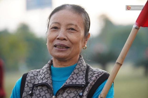 Mẹ của cầu thủ Xuyến Xeko - nữ chiến binh lớn tuổi nhất trong ĐT bóng đá nữ Quốc gia xúc động khi có mặt tại SB Nội Bài: Yêu nghề con cứ đi - Ảnh 3.