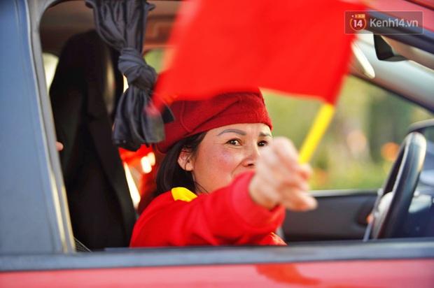 Ảnh: Mẹ Quang Hải gây chú ý với gương mặt tươi rói đầy tự hào, gia nhập đội quân máy cày lên sân bay Nội Bài đón con trai - Ảnh 4.